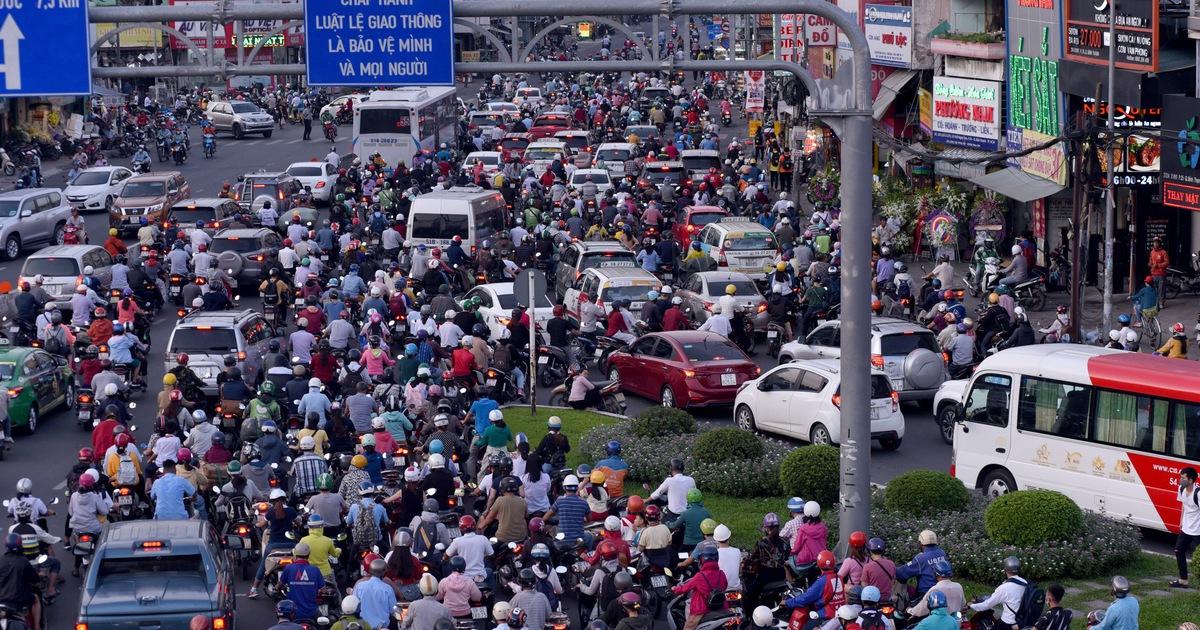 Kẹt xe bủa vây, giao thông hỗn loạn từ trung tâm về khu Đông