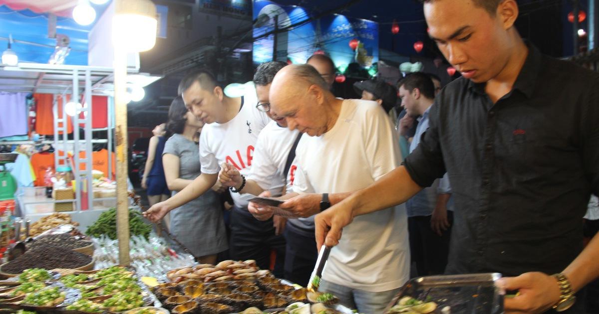 Chợ đêm Phú Quốc sôi động 'chào đón' tỉ phú - ông chủ CLB Tottenham