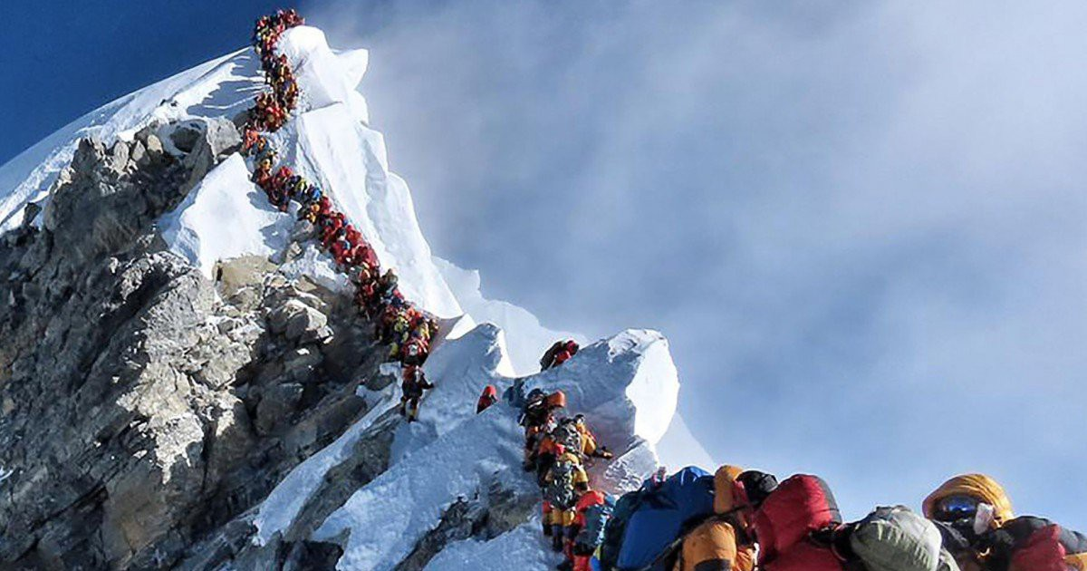 Hai người chết vì xếp hàng chờ trên đỉnh núi Everest?
