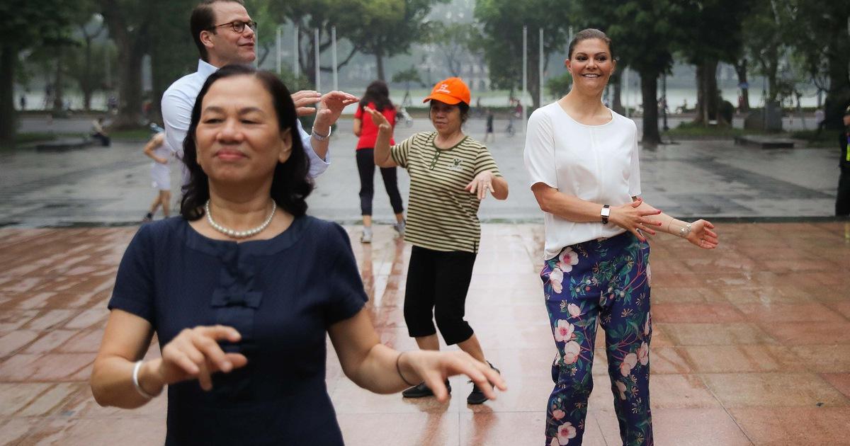 Công chúa kế vị Thuỵ Điển sảng khoái tập thể dục với người dân Hà Nội