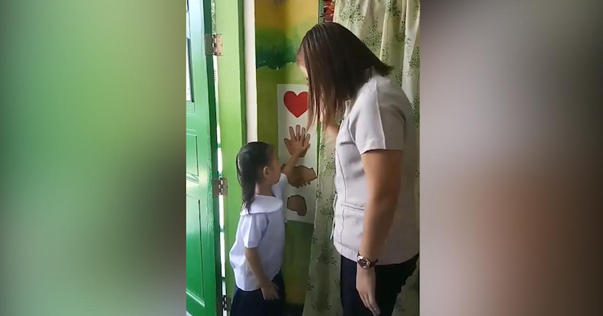 Cô giáo đón học sinh vào lớp theo cách ''dễ thương nhất quả đất''