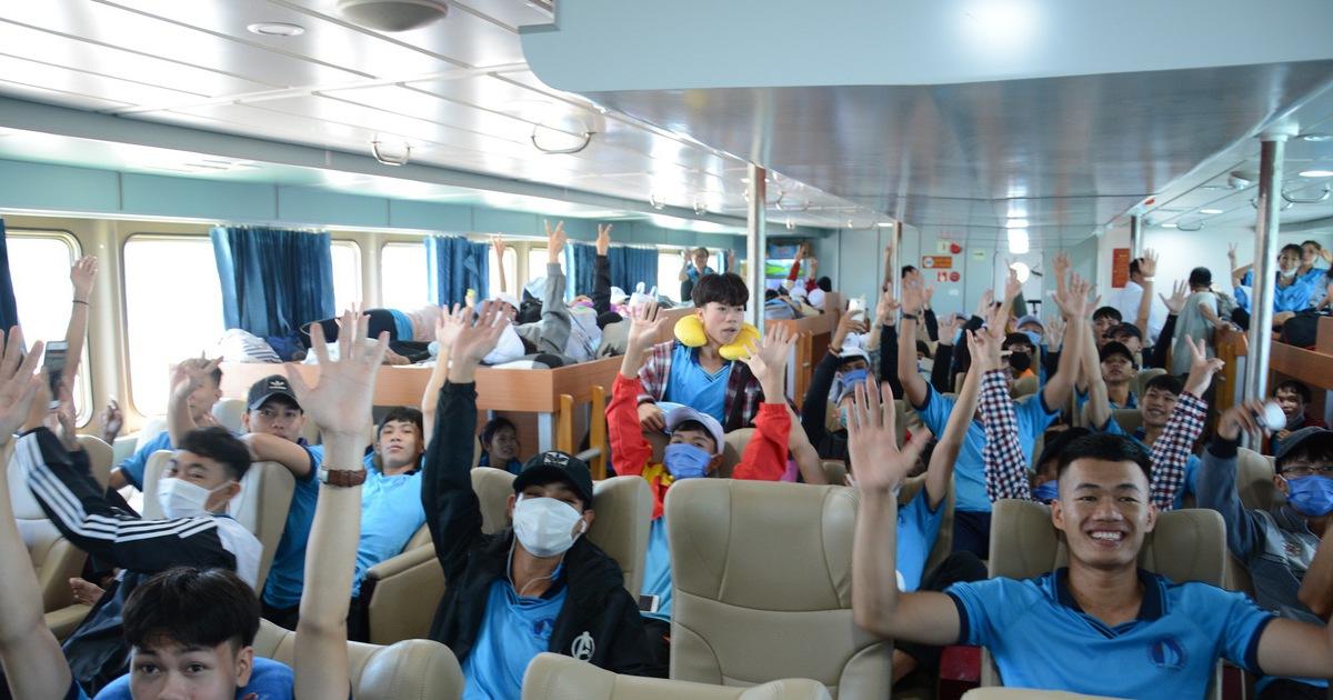 Hơn 200 thí sinh đảo Phú Quý vào Phan Thiết dự thi THPT quốc gia