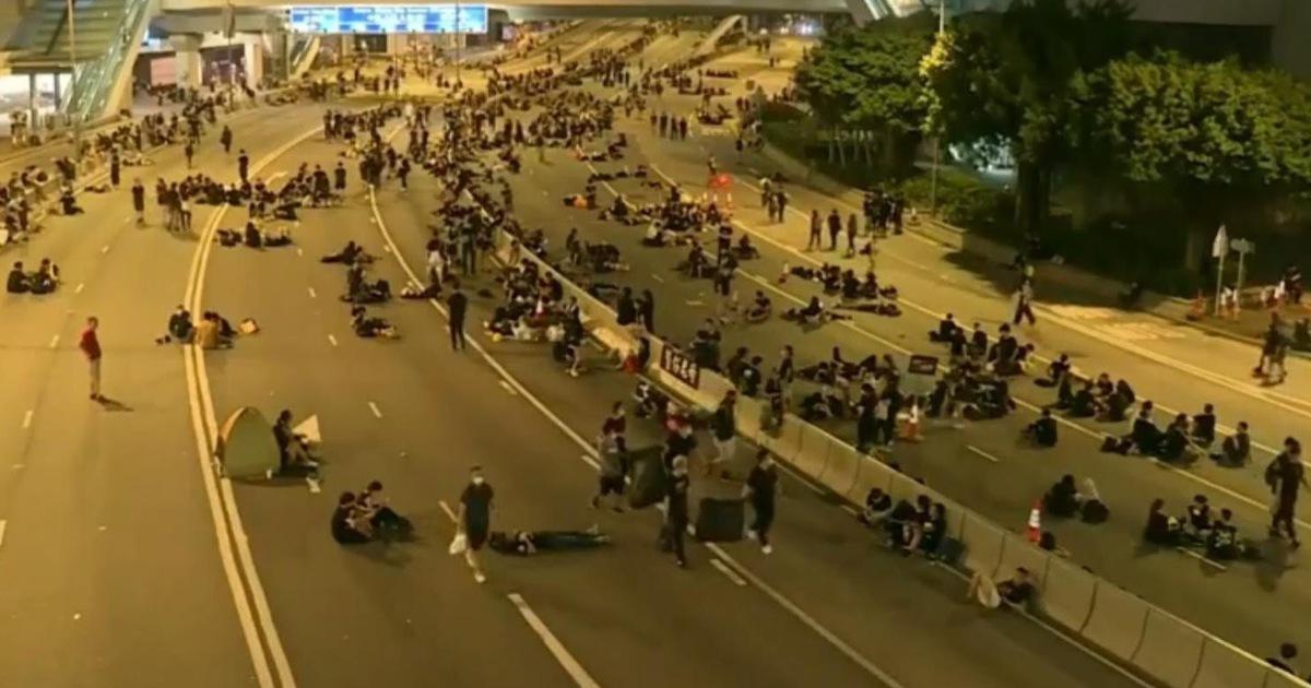 Sau biểu tình, người dân Hong Kong ở lại dọn rác đến 2 giờ sáng