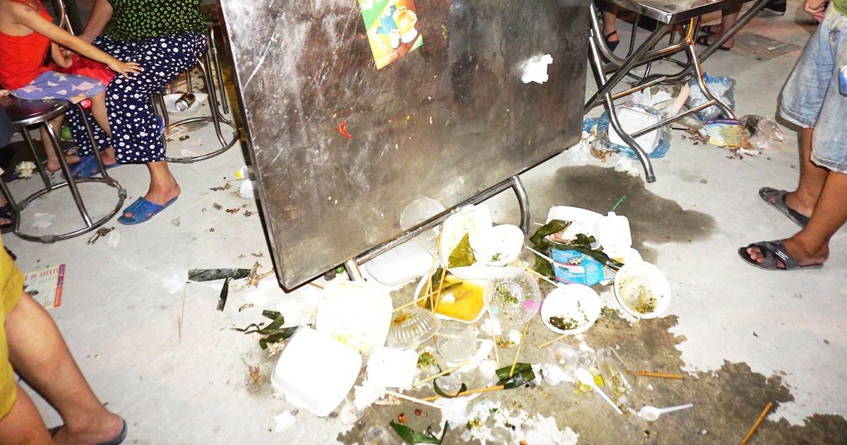Khách dự Festival ẩm thực du lịch quốc tế đi trên rác, ăn cạnh rác