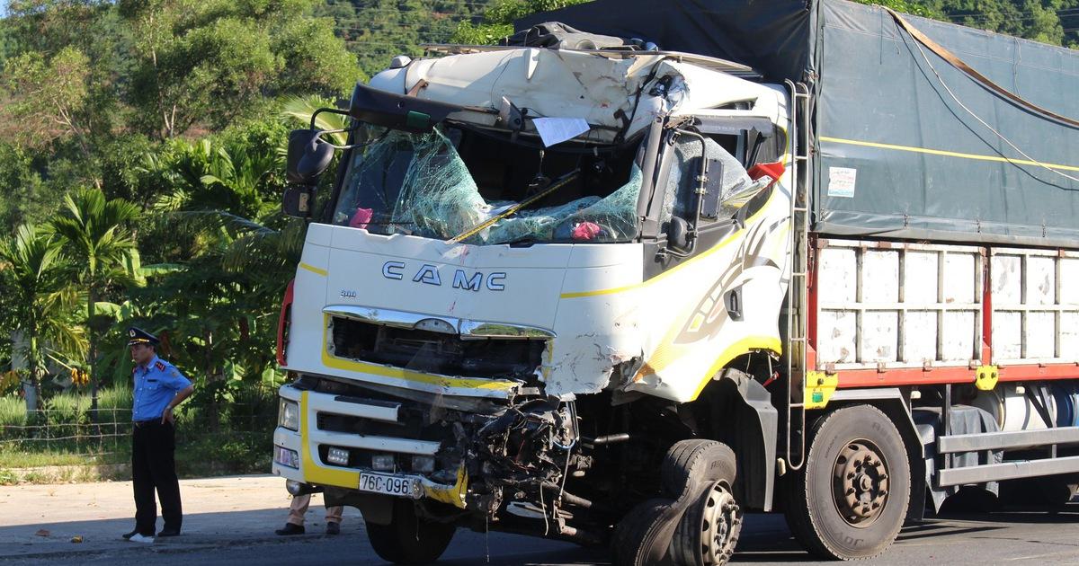 Xe khách, xe tải đấu đầu trên đường tránh Nam Hải Vân do xe khách cố vượt