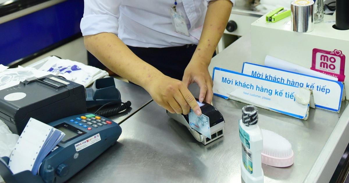 Nhiều chủ thẻ tín dụng 'đi đêm' với điểm chấp nhận thẻ rút khống tiền mặt