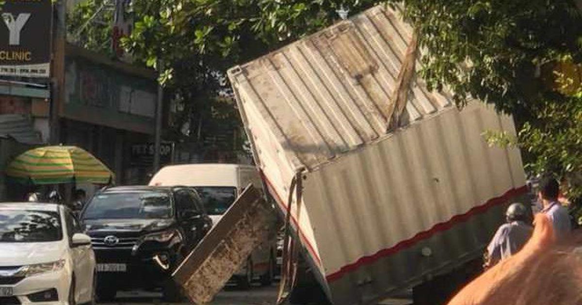 Vướng cây nghiêng, nguyên nhà vệ sinh di động rơi xuống đường