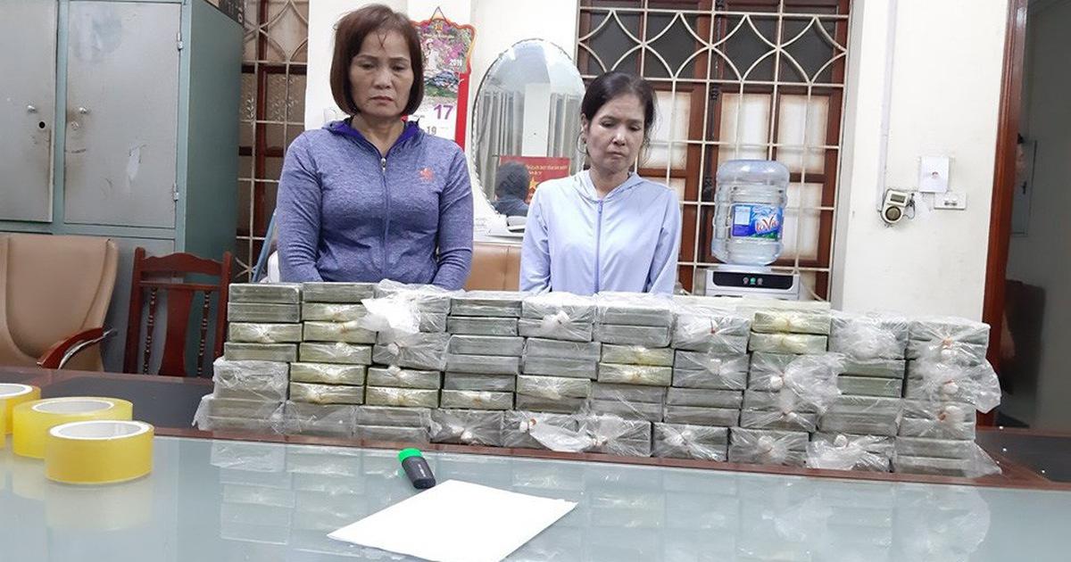 Tạm giữ khẩn cấp hai phụ nữ vận chuyển 80 bánh heroin