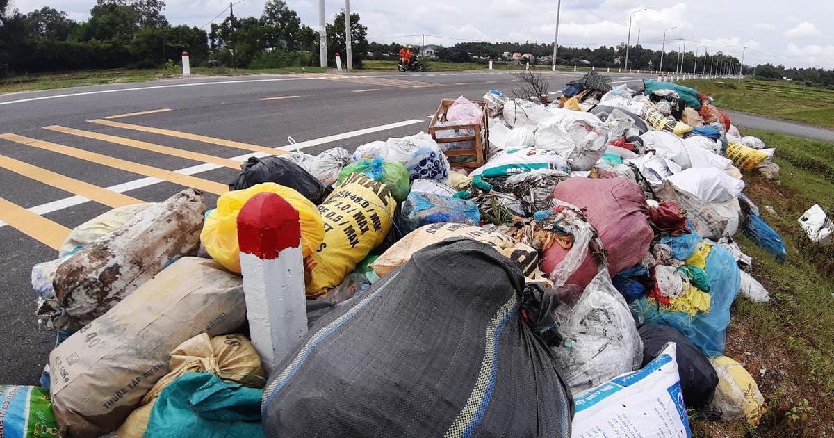 Dân chặn xe vão bãi rác, rác chất đống khắp đường xá Quảng Nam