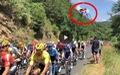 Video 'cú nhảy điên rồ' của chiếc xe đạp bay ngang đầu đoàn đua Tour De France