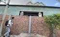 Bực tức hàng xóm cứ lên Facebook chửi rủa, xây tường rào chắn luôn cổng nhà