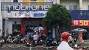 Người Sài Gòn đội mưa đi bổ sung ảnh cho thuê bao di động