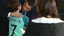 Clip Ronaldo nhảy xuống xe buýt ôm fan nhí đang khóc, chia sẻ mạnh