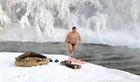 Lạnh -67 độ C, du khách tới Nga vẫn đi tắm sông