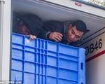 Người Việt trốn trong xe đông lạnh, thoát 2 chốt kiểm tra