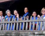 Phu nhân các lãnh đạo APEC thăm Hội An trong mưa lất phất