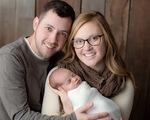 Em bé chào đời từ phôi thai đông lạnh 25 năm