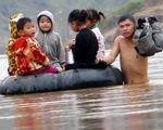 Ngồi phao vượt sông đến trường
