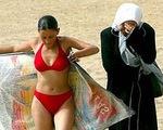 Du khách đến Saudi Arabia tắm biển được phép ăn mặc