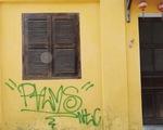 Tường vàng xưa Hội An đang bị graffiti