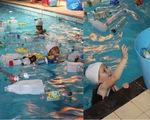 Trường cho học sinh bơi trong bể