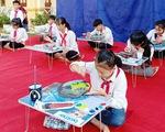 Học sinh vẽ tranh trên đá gây quỹ giúp bạn