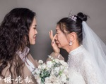 Cô gái giả làm chú rể chụp ảnh cưới với mẹ già đơn thân