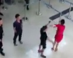 Bị từ chối chụp hình chung, nhóm hành khách đánh nữ nhân viên hàng không