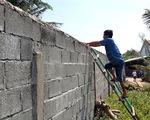 Video: Dự án bít lối đi, người dân leo tường ra biển