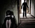 Cha dượng cho con gái 11 tuổi xem phim người lớn để hiếp dâm