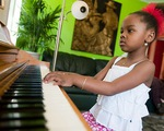 Bé gái nói 8 thứ tiếng, chơi 8 loại nhạc cụ