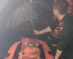 Cứu 5 người bị kẹt trong nhà ngập sâu giữa đêm ở Đà Nẵng