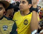 Bộ trưởng 26 tuổi Malaysia gây sốt mạng khi đi tàu điện ngầm đến sân Bukit Jalil