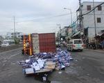 Xe container chở bia lật ngang, dân giúp tài xế gom bia