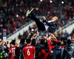 Xúc động hình ảnh thầy Park ôm động viên từng tuyển thủ Việt Nam