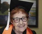 Cụ bà 84 tuổi sắp nhận bằng đại học