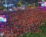 Khán giả phố đi bộ Nguyễn Huệ cuồng nhiệt cổ vũ tuyển Việt Nam