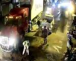 Cảnh sát giao thông rải cát lấp chỗ dầu nhớt tràn sau tai nạn