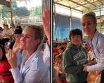 Vợ cố danh ca Pháp dắt hai con nuôi Việt về quê