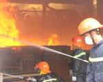 Tường đổ sập trong vụ hỏa hoạn công ty gỗ rộng hàng ngàn m2