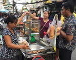 Đại biểu tàu thanh niên Nippon Maru ăn quán cóc, mê món đường phố