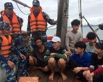 Cảnh sát biển cứu tàu cá bị trôi dạt nhiều giờ