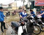 Bạn trẻ rửa xe gây quỹ, gói bánh giúp người nghèo đón Tết
