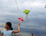 Hàng trăm cánh diều bay lượn bên sông Sài Gòn
