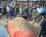 Tẩm liệm, an táng cá Ông 2,5 tấn chết trôi dạt vào bờ