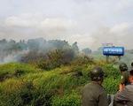Cả trăm người bao vây, đốt bãi lau sậy tìm nghi can cướp xe máy