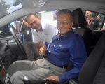 Thủ tướng Malaysia Mahathir Mohamad tự lái xe ô tô do Malaysia sản xuất