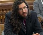 Bố mẹ kiện con trai vì 30 tuổi chưa chịu ra riêng