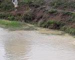 Chơi gần hồ nước lúc mẹ ngủ trưa, bé 2 tuổi và 5 tuổi chết đuối thương tâm