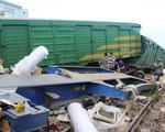 Hai tàu hỏa tông thẳng mặt nhau, lật nhiều toa ở Quảng Nam